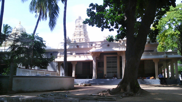View of the first hall you see when you enter the Sri Ramanasramam. From Wikipedia: By Rajachandraa - Own work, CC BY-SA 3.0, https://commons.wikimedia.org/w/index.php?curid=30756557