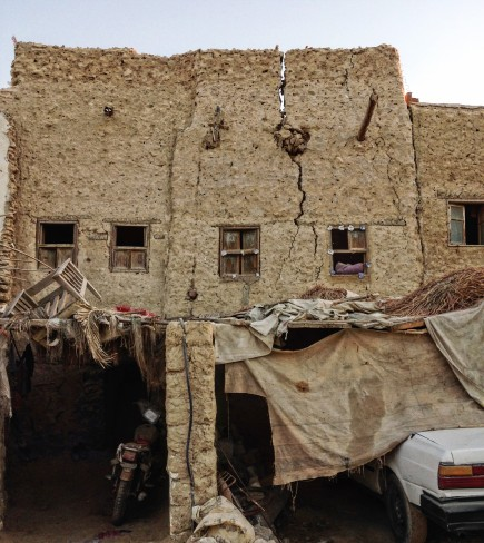 This house is at the base of the Shali in Siwa Oasis. The cracking is vertical, not horizontal, which means it's more easily repaired.