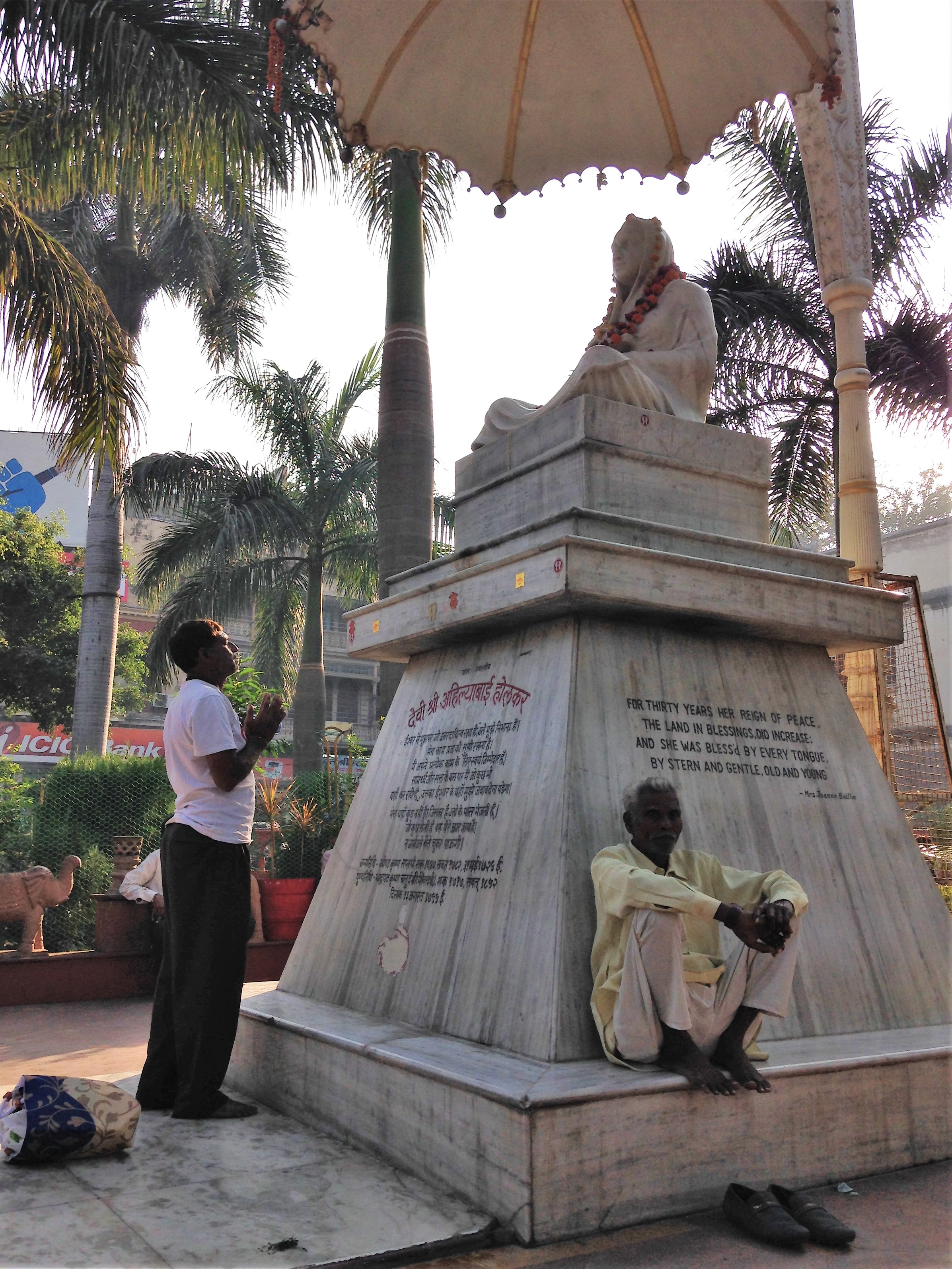 Photo of someone worshipping Ahilyabai in Rajwada Chowk, Indore, Madhya Pradesh