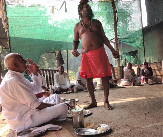 Feeding the parikramavasis and ashram residents at the ashram across the river from Maheshwar.
