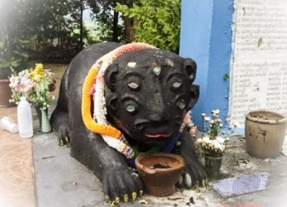 Sihuhata statue at a temple. Photo courtesy of ThailandAmulet.net: https://www.thailandamulet.net/pra-kata-mantras-for-chanting/kata-bucha-taep-see-hoo-ha-dtaa/
